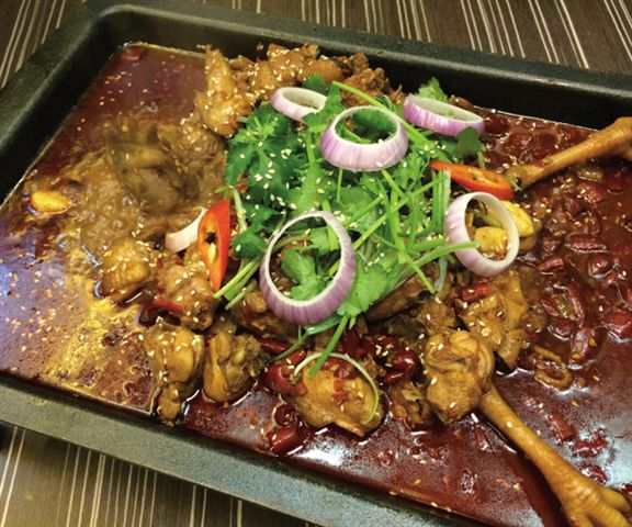 香辣回味嘉美雞($268),師傅先用沙薑、薑、蔥等醃過,沙薑味出眾,與辣味互相輝映。