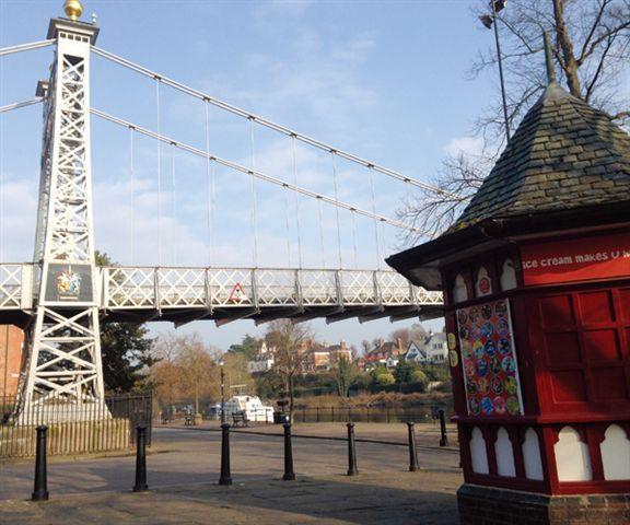 遊Chester,不少得在River Dee的吊橋前留影。