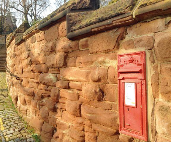 紅磚牆加紅色郵箱,經典英倫風格。