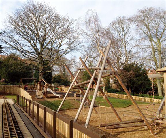 Grosvenor Park公園內木製遊樂設施懷舊味濃,值得一提是公園內有小型火車貫穿,每當小火車經過,大人小朋友都表現興奮。