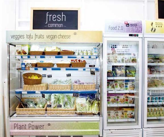 冷凍櫃內擺滿每天從本地農場運來的新鮮蔬菜,保證有機又有營。
