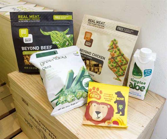 Green Common推介素貨:(後排左起)以100%植物製造的Beyond Meat植物牛肉碎和香烤雞肉條、英國製造的蘆薈檸檬汁、(前排左起)烘焗秋葵片和用果蓉造的水果糖。