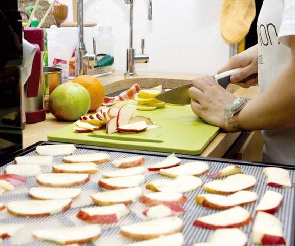店員把賣剩或外皮略碰壞的水果切片,用風乾機製成水果片,免費請顧客試食,除避免浪費食材,亦讓顧客一試風乾水果的美味。