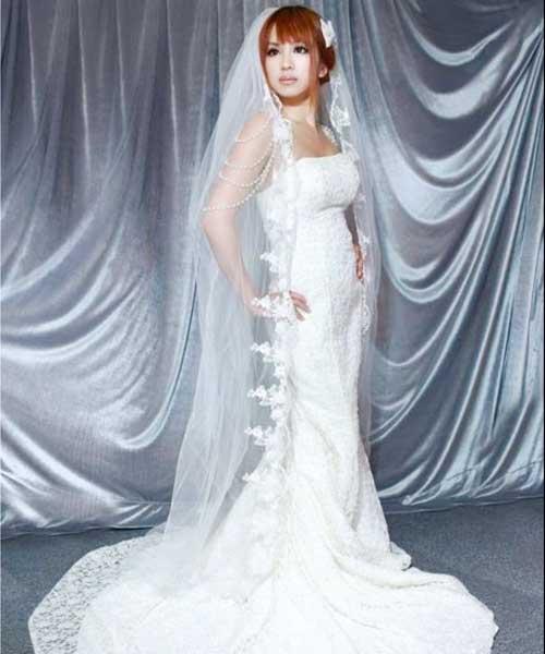 如在教堂完婚,拖尾款式婚紗是不二之選。