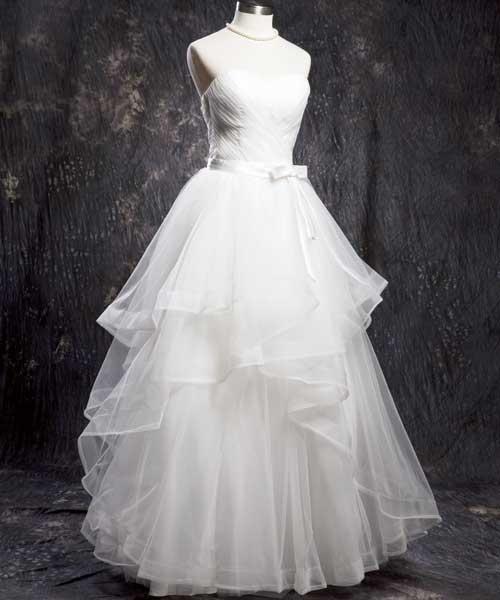集合A-Line和蓬裙特色的婚紗既有搖曳生姿之感,行動起來又方便。