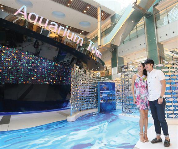 互動水族館如巨型貝殼豎立在商場內。