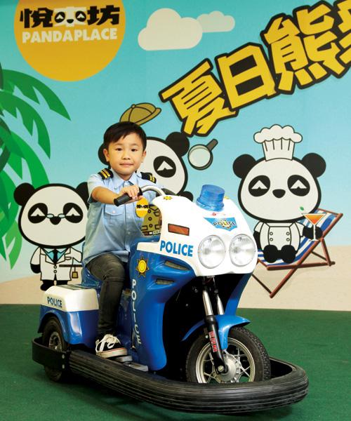 扮演小小交通警的小朋友,將學習在道路上執勤,維持道路安全和暢順。