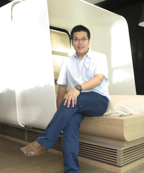 特別設計的睡床,冷氣安裝在床板後,圍著睡床的床板可伸縮,有助把冷氣集中在睡床位置,只要把冷氣調較到舒適的度數,睡覺時便感舒適自在,每年約可節省100度電,相當於1成的冷氣用電量。