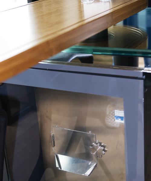 餐桌下置有廚餘垃圾處理機,桌面預留小孔,每次進餐後可直接把食物殘渣倒進去,回收機會以60度高溫處理殘渣,變成可用於種植的有機肥料。