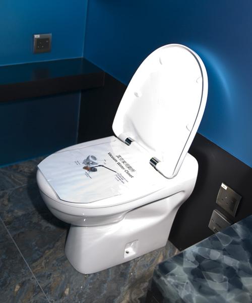 抽水馬桶,一按鍵,髒物便隨水而去,方便快捷,不過,每次沖廁原來要6升水。這個以真空運作的馬桶,每次沖廁只要1.2升水,省水得多。