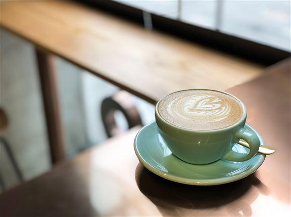 Number 9 依著落地玻璃的座位,是很多來歎咖啡的人打卡熱點。