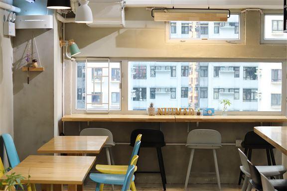 咖啡店午餐時段經常人頭湧湧。