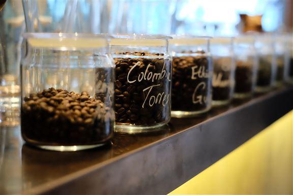 除經營咖啡店外,品牌還是一家咖啡豆批發商,堅持小批量精心烘焙,為咖啡愛好者帶來獨特風格的咖啡。