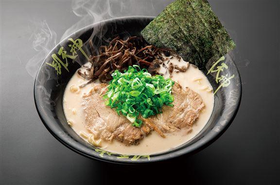 「豚骨湯麵」的湯底採用由歐洲直送的優質豚筒骨熬製,每天在中央工場新鮮淆製,味道非常濃郁,不添加味精。