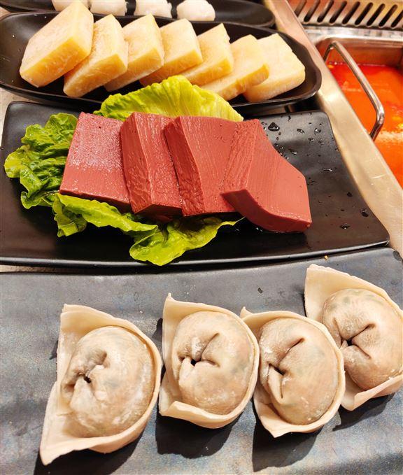 (下至上)韮菜豬肉餃皮薄餡料多汁美味。台灣新鮮鴨血,結實鮮味。冰豆腐吸盡湯底精華。