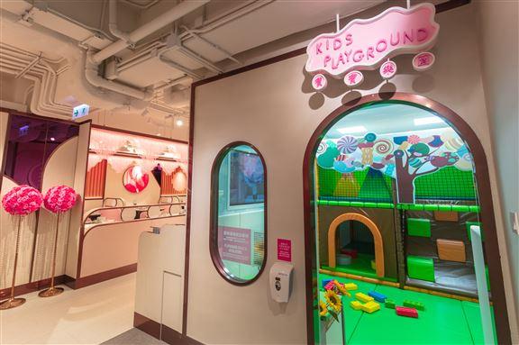 為照顧家庭客,特別設置室內兒童遊樂場,3至7歲的小朋友可入內玩樂。