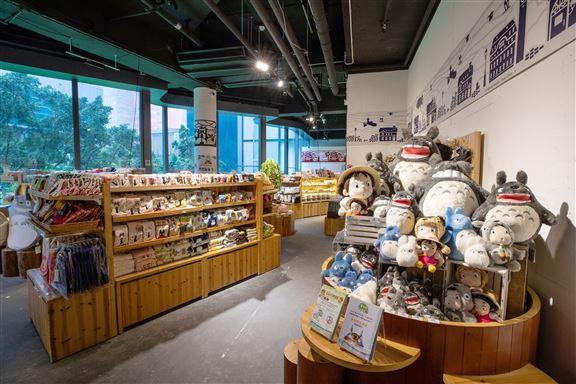 欣賞展覽後,粉絲必訪精品區,這裡有數百款吉卜力工作室動畫電影的精品發售。