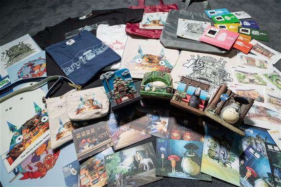 商品種類繁多,由手巾、銀包、文具、擺設、明信片,以至毛公仔、cushion、砌圖等都有。
