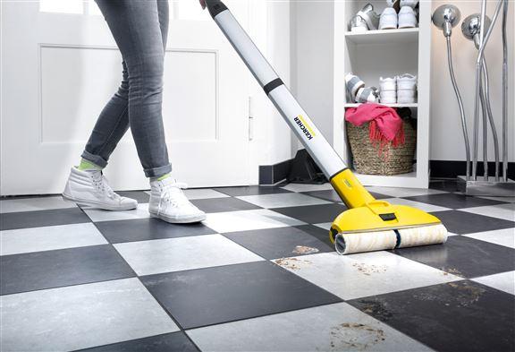 FC3 無線地板清洗機一面濕抹地,一面吸走污物。