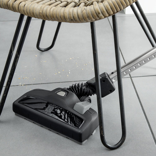 配備的可切換的乾式真空吸嘴具有柔性接頭,活動角度更靈活,清潔角度更大。
