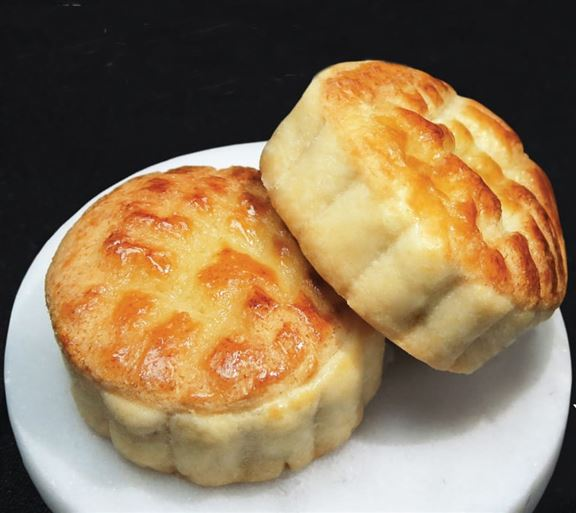 菠蘿包月餅有兩款口味:菠蘿味及奶黃味。
