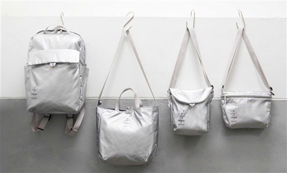 SilverDust系列刻意選用輕反光面的布料,以模仿太空衣物料之反光效果,營造彷如置身太空的真實感。每款限量生產。