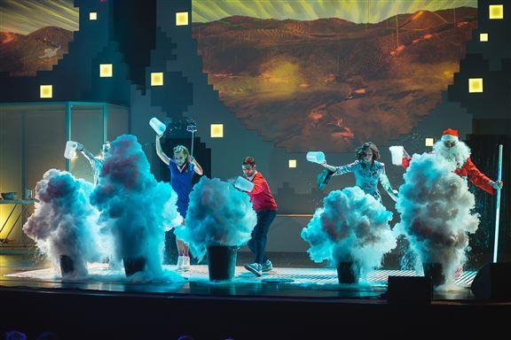 在舞台上,表演者將利用特製的科學展品及道具,安全地進行各式各樣、前所未見的大型科學實驗。