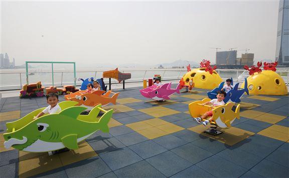 「游」樂場內鯊魚寶寶、媽媽、爸爸、嫲嫲及爺爺變身搖搖椅,小朋友可騎上,看著海景享受搖搖樂。