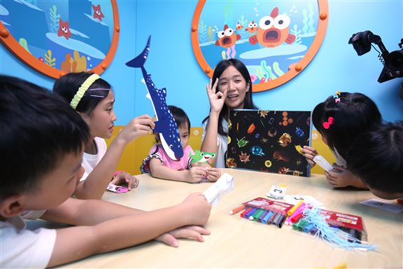 深海潛艇教室的保育及音樂課程適合4至8歲小朋友參加,只需即場捐款$100予世界自然基金會香港分會,即可獲得Baby Shark校服1件。