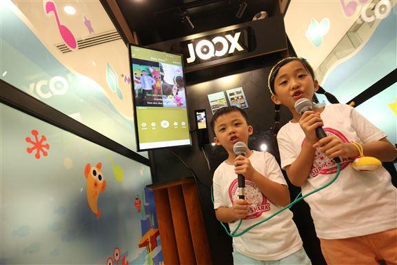 走進JOOX「拍住唱K站」,小粉絲可以高歌自唱〈Baby Shark〉。