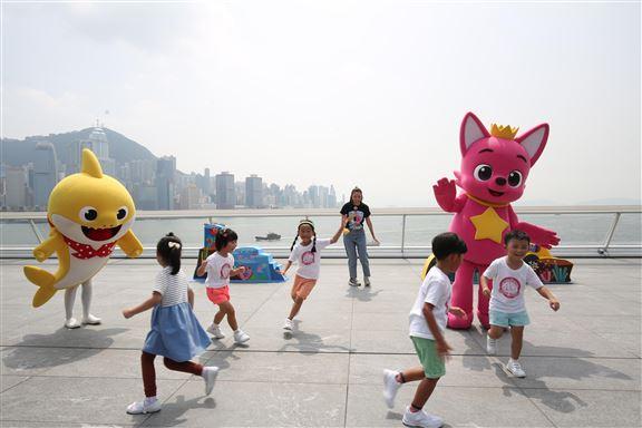 Baby Shark和PINKFONG現身和各位小粉絲一起唱跳。