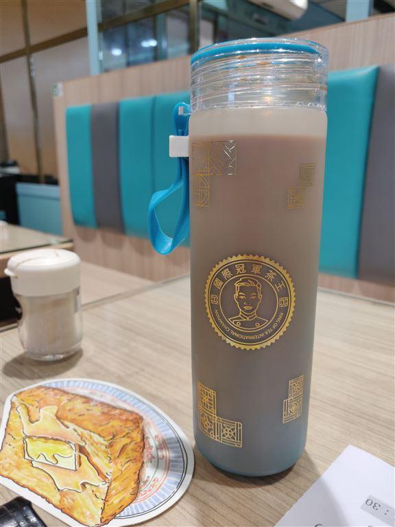 「金茶王樽仔奶茶」單售$25,跟餐加$20,玻璃樽可外攜,下次帶回樽仔,即減$5。