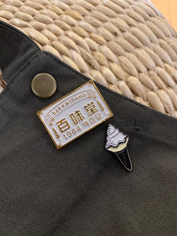 百味堂標誌襟章和牛奶雪糕襟章