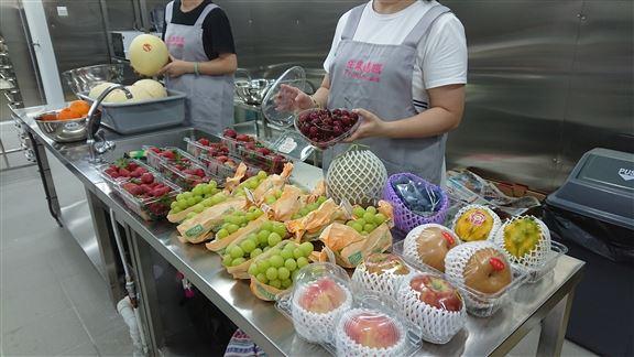 「生果媽媽」提供一條龍服務,由挑選、購買、包裝及送出,由水果專員一手包辦,保持高質素水水果。