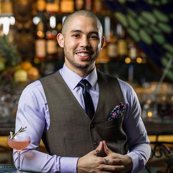 來自南非的Brent Flowers,是Dragonfly的 Bar Manager。