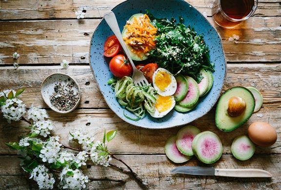 因此建議可以多吃富含高纖維的綠色蔬菜,幫助腸胃蠕動。