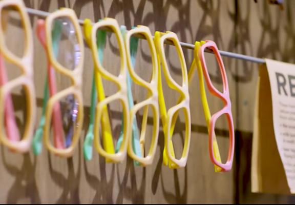 回收洗頭水膠樽製成塑膠粒,然後造成眼鏡框
