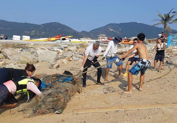 海底有很多漁民遺棄的魚網,為海上活動帶來危機。