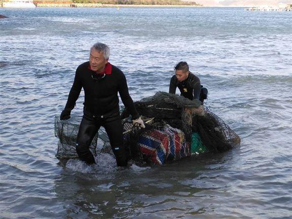 Harry表示,海底垃圾種類繁多,多數是家居垃圾,還有建材。