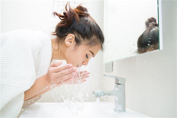 使用溫水潔臉