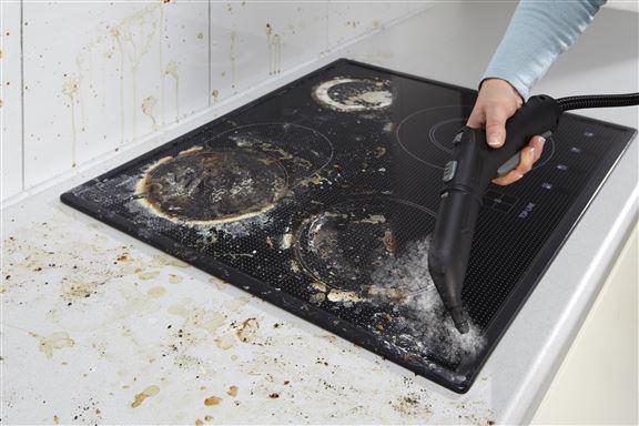 家庭主婦常投訴爐頭油垢難搞,只要利用高溫蒸氣,三兩下手勢,油垢便清走。