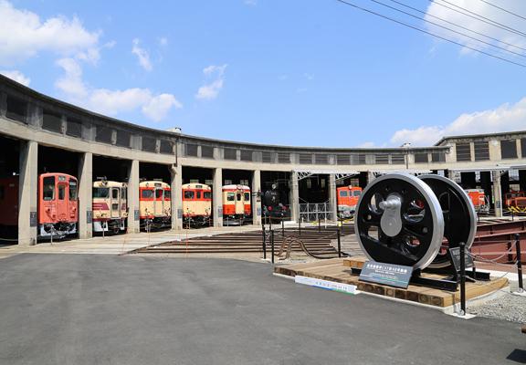 火車迷遊岡山,可到JR津山站參觀日本第二大規模的車庫。