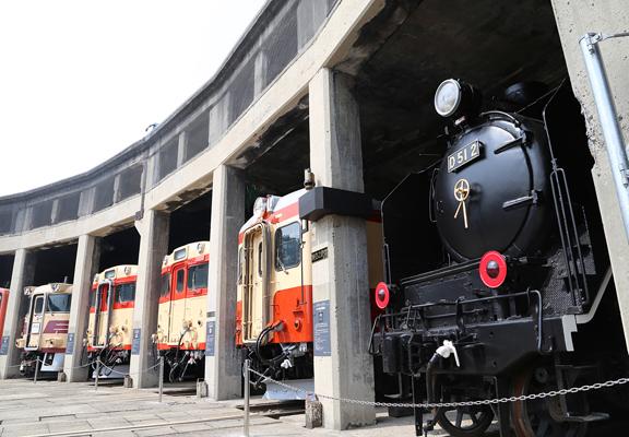 館內更陳列了日本唯一一部柴油火車頭DE50一號機等共計13輛柴油引擎車輛。