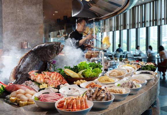 餐廳內有一長達270呎餐桌,擺滿環球美食,琳瑯滿目。