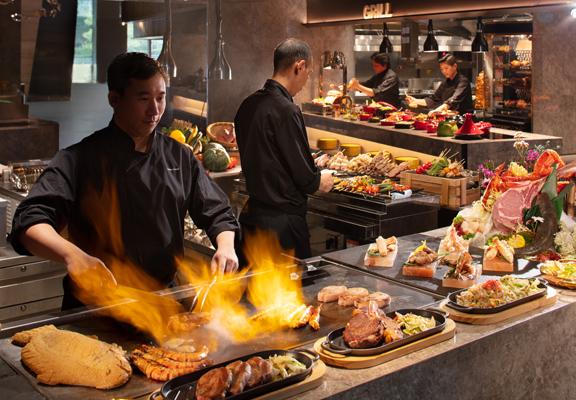 開放式廚房設計,食客可一邊挑選食物,一邊在多個即煮攤位欣賞廚師團隊即席獻技。