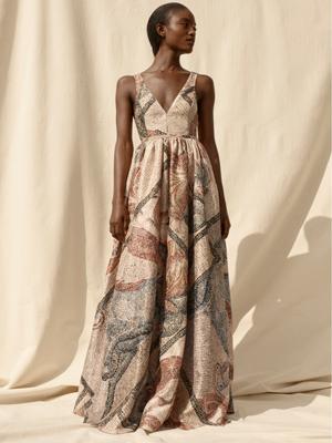 這款印花舞會長裙採用了以再生聚脂纖維造的RENU物料。