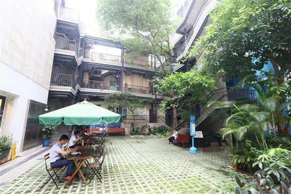 活化後的藍屋,把荒廢多年的空地修葺成公共空間。