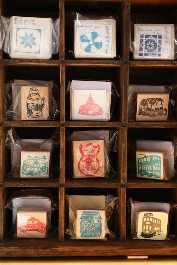 有心人把舊香港的特色如地磚圖案、日用品等製成印章,喜歡的可以買回家或送人作手信。