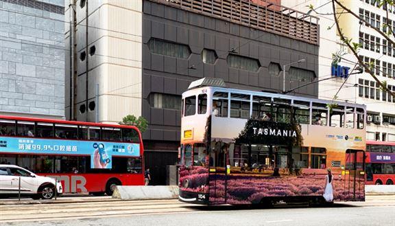 除了巴士站廣告燈箱,薰衣草園美景更包裹著香港特色交通工具─電車。