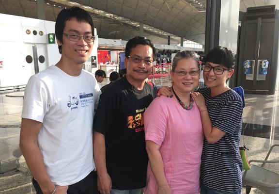 Sheila(右一)說,家人不管在任何時候都沒有想過要移民,覺得香港是我們的家,所以對於她要移民,完全是個意外。